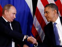 U.S. President Barack Obama (R) shakes hands with Russia's President Vladimir Putin in Los Cabos, Mexico, June 18, 2012. The leaders are in Los Cabos to attend the G20 summit.     REUTERS/Jason Reed   (MEXICO - Tags: POLITICS) - RTR33U0S