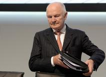 Ferdinand Piech, chairman of the board of German carmaker Volkswagen, carries his documents as he arrives at the 51th annual shareholders meeting in Hamburg on May 3, 2011.  REUTERS/Fabian Bimmer