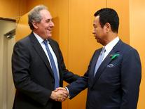 Japan's Economics Minister Akira Amari (R) shakes hands with U.S. Trade Representative Michael Froman ahead of their meeting in Tokyo April 19, 2015. REUTERS/Ataru Haruna/Pool