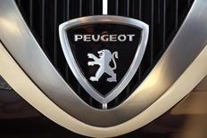PSA Peugeot Citroën et son partenaire et actionnaire Dongfeng Motor Group (DFG) vont investir 200 millions d'euros dans le développement d'une plate-forme technologie de production de petites voitures (segments B et C), a annoncé PSA dimanche, à l'occasion du  premier anniversaire de son partenariat avec le groupe chinois. /Photo d'archives/REUTERS/Charles Platiau