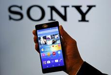 Сотрудник Sony держит новый смартфон Xperia Z4 после пресс-конференции в Токио. 20 апреля 2015 года. Sony Corp провела в понедельник презентацию нового флагманского смартфона Xperia с алюминиевым корпусом и 5,2-дюймовым экраном. REUTERS/Toru Hanai