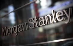 Morgan Stanley a annoncé lundi une hausse de 60% de son bénéfice trimestriel grâce à la croissance des revenus de ses activités de courtage d'obligations et d'actions.  /Photo d'archives//REUTERS/Mike Segar