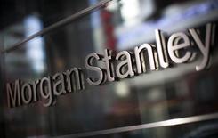 Логотип Morgan Stanley в центральном офисе компании в Нью-Йорке. 20 января 2015 года. Прибыль Morgan Stanley в первом квартале 2015 года выросла намного больше, чем ожидали аналитики, благодаря высокому доходу от торговли облигациями и акциями. REUTERS/Mike Segar