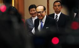 Hutchison Whampoa Ltd and Cheung Kong Holdings Chairman Li Ka-shing smiles as he leaves a news conference on the companies' annual results in Hong Kong February 26, 2015.REUTERS/Bobby Yip