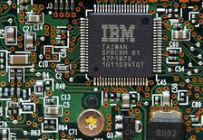 """Процессор IBM в Киеве 5 марта 2012 года. Выручка International Business Machines Corp <IBM.N> снизились на 12 процентов в первом квартале на фоне попыток компании сфокусироваться на """"облачных"""" технологиях в противовес неприбыльным сферам. REUTERS/Gleb Garanich"""