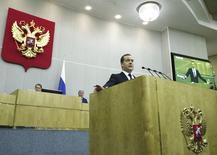 Le Premier ministre russe, Dmitri Medvedev (photo), a déclaré mardi s'attendre à ce que l'économie russe continue de pâtir cette année des sanctions occidentales mises en oeuvre l'année dernière en raison du rôle de Moscou dans le conflit séparatiste ukrainien. /Photo prise le 21 avril 2015/REUTERS/Dmitry Astakhov/RIA Novosti/Pool
