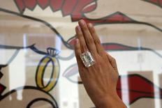 """Modelo apresenta o anel com diamante de 100,2 quilates em frente ao quadro """"The Ring"""" de 1962 de Lichtenstein em evento pré-leilão da Sotherby's em Los Angeles. 25/03/ 2015. SREUTERS/Lucy Nicholson"""