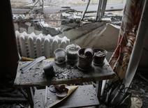 Разрушенная в результате обстрелов квартира в городе Светлодарск Донецкой области. 15 февраля 2015 года. Парламент Украины, переживающей экономический кризис на фоне войны с пророссийскими сепаратистами на индустриальном востоке, дал зеленый свет кредиту Европейского инвестиционного банка на сумму 200 миллионов евро, средства которого должны пойти на восстановление инфраструктуры пострадавших регионов. REUTERS/Gleb Garanich