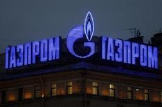 Логотип Газпрома на крыше здания в Санкт-Петербурге. 14 ноября 2013 года. Газпром предложил провести переговоры о заключении отдельного контракта на поставку газа на юго-восток Украины. REUTERS/Alexander Demianchuk
