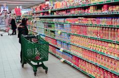 Una persona realizando compras en un supermercado en Roma, ene 13 2012. La confianza del consumidor de la zona euro bajó a -4,6 puntos en abril, contra las expectativas de una mejora, según cifras publicadas el miércoles.  REUTERS/Max Rossi