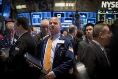 Operadores en la bolsa de Wall Street en Nueva York, abr 17 2015. Las acciones en Estados Unidos subían el miércoles en una sesión volátil en que la atención se centró en los resultados trimestrales de empresas, con bajas de los papeles de Boeing que contrarrestaban el alza de McDonald's y Coca-Cola. REUTERS/Brendan McDermid