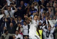 """Javier """"Chicharito"""" Hernández, do Real Madrid, comemora gol marcado contra o Atlético de Madri pela Liga dos Campeões. 22/04/2015 REUTERS/Stringer"""