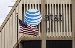 Le géant américain des télécoms AT&T a annoncé mercredi un bénéfice net trimestriel très légèrement meilleur que prévu et un chiffre d'affaires quasi stagnant et inférieur aux attentes.An AT&T. /Photo prise le 26 janvier 2015/REUTERS/Mario Anzuoni