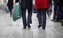 Le sentiment du consommateur allemand s'est amélioré à l'approche du mois de mai, ce dernier anticipant une hausse des revenus mais l'incertitude grecque modère quelque peu sa volonté de dépenser. /Photo d'archives/REUTERS/Johannes Eisele