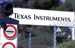 Texas Instruments affiche l'un des plus fortes baisses en avant-Bourse jeudi )à Wall Street après avoir annoncé mercredi un objectif de chiffre d'affaires pour le trimestre en cours inférieur aux attentes, évoquant la faiblesse de la demande de semi-conducteurs sur les marchés des équipements de communication et de l'électronique grand public, ainsi que le dollar fort. /Photo d'archives/REUTERS/Eric Gaillard
