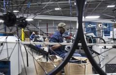 En la imagen, el empleado Edward Klutz opera una máquina en una planta de bicicletas en Manning, Carolina del Sur. 19 de noviembre, 2014.  El crecimiento del sector manufacturero de Estados Unidos se enfrió más de lo esperado en abril, con la actividad fabril mostrando el impulso más lento desde enero, de acuerdo con un reporte industrial que se dio a conocer el jueves. REUTERS/Randall Hill