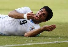 Atacante Luís Suárez, do Uruguai, após morder italiano Giorgio Chiellini em partida da Copa do Mundo de 2014, em Natal. 24/06/2014 REUTERS/Tony Gentile