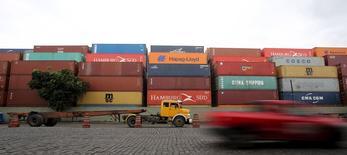 Contêineres de carga em terminal no Porto de Santos, no Estado de São Paulo. 06/04/2015 REUTERS/Paulo Whitaker