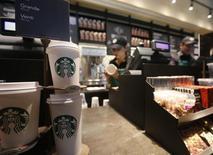 Starbucks a enregistré une croissance plus forte que prévu de son chiffre d'affaires au cours de son deuxième trimestre clos le 29 mars et a confirmé ses prévisions de résultats pour l'ensemble de son exercice fiscal 2015 en dépit de l'impact du dollar fort. /Photo d'archives/REUTERS/John Vizcaino