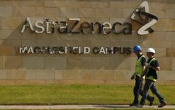 En la imagen, el logo de AstraZeneca en Macclesfield, en el centro de Inglaterra. 19 de mayo, 2014. Las ventas de AstraZeneca cayeron un 6 por ciento en el primer trimestre, un poco menos que lo esperado, golpeadas por el lanzamiento de copias genéricas de su popular fármaco Nexium en el mercado de Estados Unidos y la fortaleza del dólar. REUTERS/Phil Noble