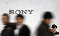 Visitors walk past a logo of Sony Corp at its headquarters in Tokyo February 4, 2015.  REUTERS/Yuya Shino