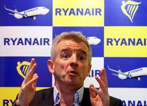 En la imagen de archivo, el presidente ejecutivo de Ryanair, Michael O'Leary, gesticula durante una conferencia de prensa en Bruselas, el 22 de enero de 2014. La aerolínea irlandesa de bajo prevé que el precio de sus pasajes aéreos baje entre un 10 y un 15 por ciento en los próximos dos años debido a que traspasará a los viajeros los beneficios de los precios más bajos del petróleo, dijo su O'Leary en una entrevista con un periódico. REUTERS/Yves Herman (BELGIUM - Tags: TRANSPORT BUSINESS) - RTX17PJD