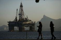 Нефтяная платформа близ Рио-де-Жанейро. 20 апреля 2015 года. Цены на нефть Brent держатся вблизи 4,5-месячного максимума выше $65 за баррель при поддержке войны в Йемене и признаков снижения добычи сланцевой нефти в США. REUTERS/Pilar Olivares