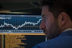 L'activité des introductions en Bourse (IPO) est repartie à la hausse au premier trimestre à la Bourse de Paris, soutenue par l'entrée sur le marché de plusieurs valeurs technologiques et biotechnologiques, indique le groupe d'audit, de conseil et d'expertise comptable KPMG dans une étude. /Photo prise le 15 avril 2015/REUTERS/Brendan McDermid