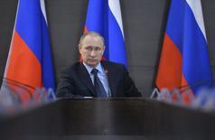 """El presidente ruso Vladimir Putin, en una rueda de prensa en Abakan, abr 21 2015. El presidente Vladimir Putin acusó el lunes a algunos de los """"cuasi socios"""" de Rusia de contar con el colapso del país al marginar a sus bancos del sistema financiero global en momentos en que los precios del petróleo se han desplomado. REUTERS/Alexei Druzhinin/RIA Novosti/Kremlin IMAGEN PROPIEDAD DE TERCEROS"""