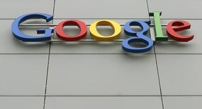 El logo de Google en su centro de ingeniería en Zúrich, abr 16 2015. Google Inc anunció el lanzamiento de un portal experimental que permite a las personas interesadas del rubro vender sus patentes a la compañía estadounidense.  REUTERS/Arnd Wiegmann