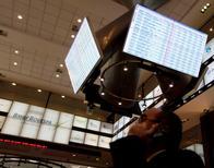 Un operador conversa por teléfono en la Bolsa de Valores de Sao Paulo, ago 4 2011. El principal índice de acciones de Brasil caía el lunes por una toma de ganancias tras una semana de avances, presionado por el fuerte declive de los títulos de la petrolera estatal Petrobras. REUTERS/Nacho Doce