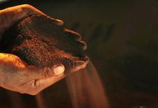 Un trabajador sostiene níquel en una planta operada por PT Vale Tbk, cerca Sorowako, Indonesia, ene 8 2014. El níquel alcanzó máximos de un mes el lunes ante las perspectivas de menores suministros, aunque analistas dijeron que la escalada podría ser difícil de sostener. REUTERS/Yusuf Ahmad