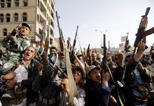 Garotos que apoiam milícia Houthi protestam contra ataques de coalizão liderada por sauditas em Sanaa. 27/04/2015.  REUTERS/Khaled Abdullah