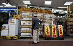 Les ventes au détail au Japon sont en chute de 9,7% en mars par rapport au même mois de 2014, au cours duquel les ventes avaient connu leur bond le plus important en 17 ans juste avant la hausse de la TVA, selon des statistiques du gouvernement japonais. /Photo prise le 28 avril 2015/REUTERS/Yuya Shino