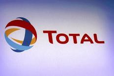Логотип Total на презентации годовых результатов компании в Париже 13 февраля 2013 года. Прибыль французской нефтяной компании Total снизилась на 22 процента в первом квартале, но превзошла прогноз аналитиков благодаря повышению рентабельности переработки и значительному росту добычи нефти и газа. REUTERS/Philippe Wojazer