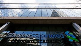La banque britannique Standard Chartered, qui réalise l'essentiel de son activité en Asie, a fait état mardi d'un repli de 22% de son bénéfice du premier trimestre, sous le coup d'une hausse de 80% de pertes liées à des créances douteuses et de conditions qui restent difficiles. /Photo prise le 27 février 2015/REUTERS/Eddie Keogh