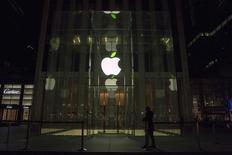 Apple, dont le chiffre d'affaires et le bénéfice trimestriels ont battu le consensus, à suivre mardi sur les marchés américains. /Photo d'archives/REUTERS/Brendan McDermid