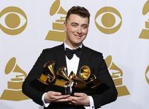 Sam Smith com seus prêmios durante a Premiação Grammy, em Los Angeles.   09/02/2015   REUTERS/Mike Blake