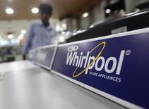 Стиральные машины Whirlpool в магазине в Нью-Дели. 27 августа 2013 года. Whirlpool Corp сообщил во вторник о превысившей прогнозы квартальной чистой прибыли, но понизил прогноз прибыли и продаж в 2015 году, предсказывая значительный спад продаж в Латинской Америке, в основном из-за стагнации бразильской экономики. REUTERS/Anindito Mukherjee