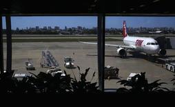 Un avión de la aerolínea TAM en el aeropuerto de Fortaleza, Brasil, jun 18 2014. LATAM Airlines, el mayor grupo de transporte aéreo de América Latina, no participaría en la privatización de TAP-Air Portugal dadas las actuales condiciones de mercado y la información disponible sobre la estatal, dijo el martes el presidente del directorio de la firma sudamericana. , jun 18 2014. REUTERS/Kai Pfaffenbach