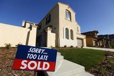 En la imagen, una casa unifamiliar recién construida que fue vendida es vista en San Marcos, Cailfornia. 30 de enero, 2013. El crecimiento económico estadounidense probablemente frenó bruscamente en el primer trimestre, debido a que las duras condiciones meteorológicas redujeron el gasto de los consumidores y las empresas de energía debieron recortar el gasto, pero hay señales de que la actividad se está recuperando. REUTERS/Mike Blake
