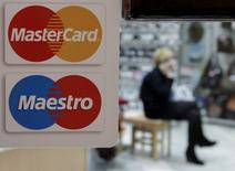 MasterCard a fait état mercredi d'un bénéfice net trimestriel supérieur aux attentes, à 1,02 milliard de dollars (922 millions d'euros), grâce à une augmentation du nombre d'utilisateurs de ses cartes de crédit dans le monde. Le chiffre d'affaires net a augmenté de 2,7% sur la période, à 2,23 milliards de dollars. /Photo d'archives/REUTERS/Eduard Korniyenko