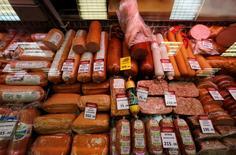 Мясной отдел в магазине в Санкт-Петербурге 12 ноября 2014 года. Рост индекса потребительских цен в России за период с 21 по 27 апреля замедлился до 0,1 процента с 0,2 процента на предыдущей неделе, сообщил Росстат в среду. REUTERS/Alexander Demianchuk