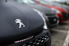 Peugeot 208 à l'usine de Poissy. Le chiffre d'affaires de PSA Peugeot Citroën a augmenté de 4,6% au premier trimestre, la contribution de l'équipementier Faurecia et la stratégie de hausse des prix du groupe ayant compensé une baisse des volumes hors Chine. /Photo prise le 29 avril 2015/REUTERS/Benoît Tessier