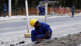 Trabalhadores em obra de rua em Salvador. 11/06/2014 REUTERS/Marcos Brindicci