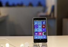 Microsoft va permettre d'ici la fin de l'année l'installation d'applications Android, le système d'exploitation mobile de son rival Google, sur ses propres téléphones Windows dans l'espoir de faire décoller leurs ventes. /Photo prise le 29 avril 2015/REUTERS/Robert Galbraith