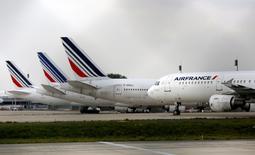 Air France-KLM a annoncé jeudi viser une réduction de dette plus marquée que prévu d'ici la fin de l'année mais s'est gardé de toute prévision précise pour ses résultats annuels. La compagnie aérienne a ramené sa perte d'exploitation à 417 millions d'euros au premier trimestre contre 445 millions un an plus tôt et son chiffre d'affaires trimestriel a progressé de 1,8% à 5,7 milliards d'euros. /Photo d'archives/REUTERS/Jacky Naegelen