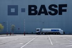 BASF a fait état jeudi d'un recul moins marqué que prévu de son résultat opérationnel du premier trimestre, la faiblesse de l'euro ayant compensé la baisse des volumes dans les produits chimiques industriels ainsi que les sommes mises de côté pour verser des primes aux salariés. /Photo prise le 23 avril 2015/REUTERS/Ralph Orlowski