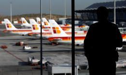 International Airlines Group (IAG), maison-mère de British Airways, d'Iberia et de Vueling, a été bénéficiaire pour la première fois de son histoire au premier trimestre grâce à la baisse du coût du carburant et à l'amélioration des performances de ses trois compagnies. Mais le directeur général d'IAG, Willie Walsh, a dit que le trimestre en cours pourrait être plus délicat, en raison notamment de la vigueur du dollar. /Photo d'archives/REUTERS/Sergio Perez