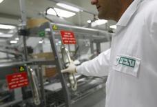 La société israélienne Teva Pharmaceutical Industries, qui tente de mettre la main sur son concurrent Mylan, a relevé sa prévision de bénéfice annuel après avoir enregistré au premier trimestre une hausse du bénéfice supérieure aux attentes. /PHoto d'archives/REUTERS/Ronen Zvulun